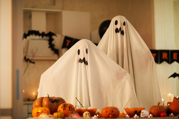 Kinderen in spook kostuums op feestje