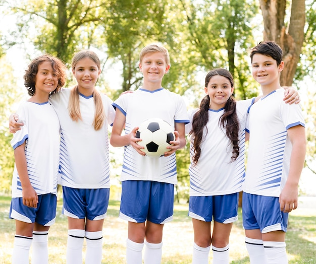 Kinderen in sportkleding voetballen