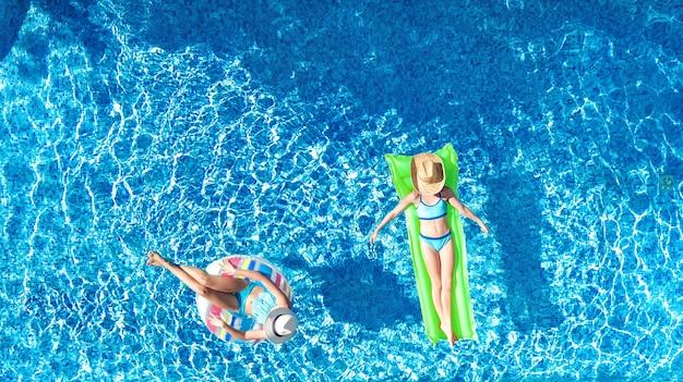 Kinderen in zwembad luchtfoto drone uitzicht van bovenaf gelukkige kinderen zwemmen op opblaasbare ring donut