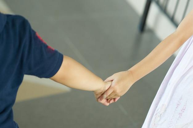 Kinderen jongen en meisje houden elkaars hand vast Premium Foto