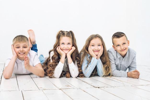 Kinderen jongens en meisjes vrolijk gelukkig mooi op witte muur achtergrond