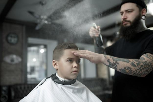 Kinderen kapper snijden jongetje.