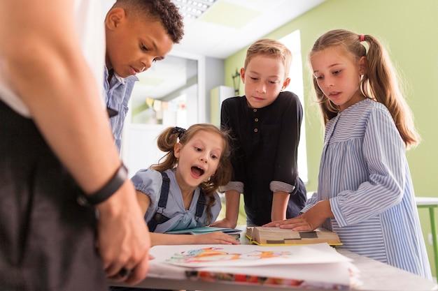 Kinderen kijken door hun nieuwe les