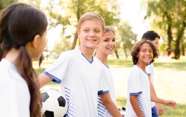 Kinderen kijken elkaar aan voor een voetbalwedstrijd