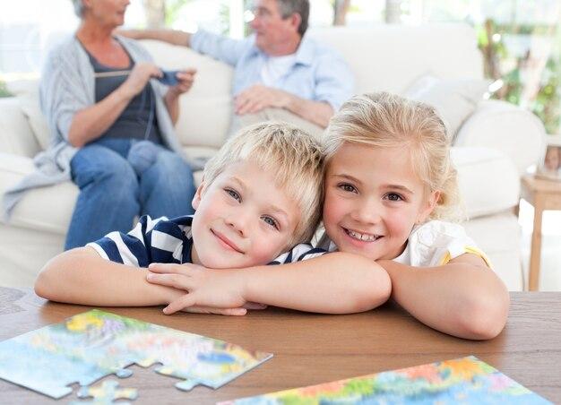 Kinderen kijken naar de camera in de woonkamer