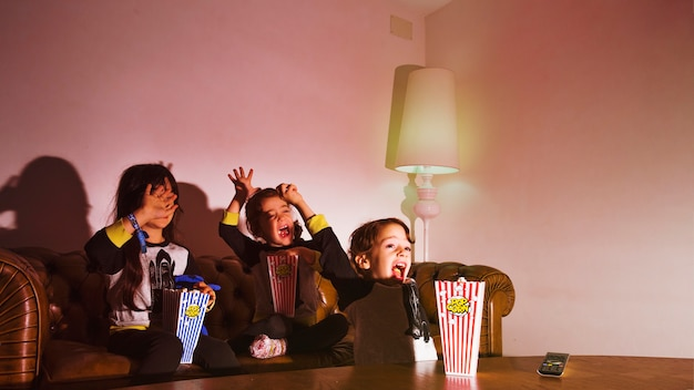 Kinderen kijken naar thriller en schreeuwen