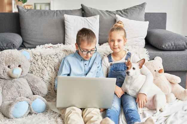Kinderen kijken naar video's op laptop