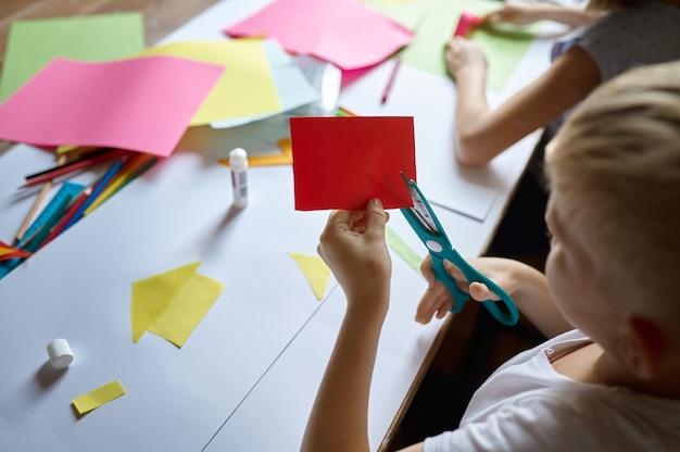Kinderen knippen gekleurd papier, kinderen op de kunstacademie