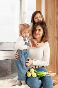 Kinderen knuffelen moeder