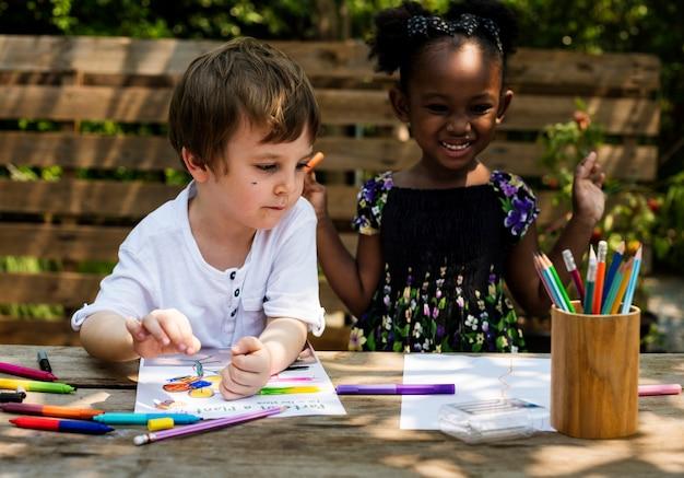 Kinderen kunst samen tekenen