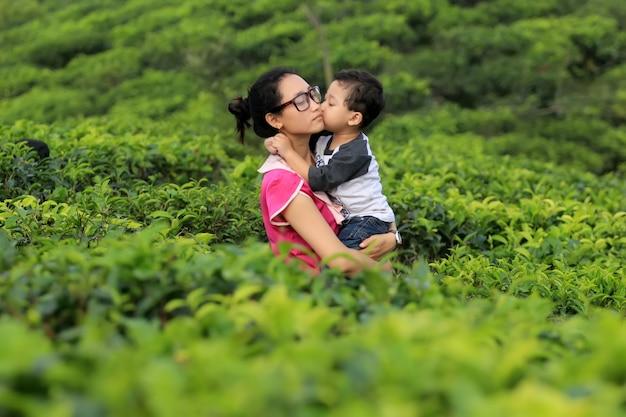 Kinderen kussen hun moeder met grote genegenheid