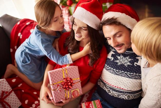 Kinderen kussen hun ouders met kerstmis