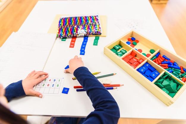 Kinderen leren tijdens hun studie op hun school.
