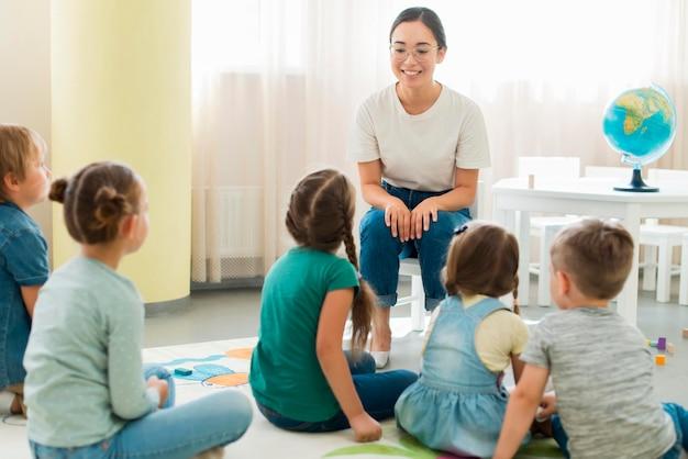Kinderen letten op hun kleuterschool