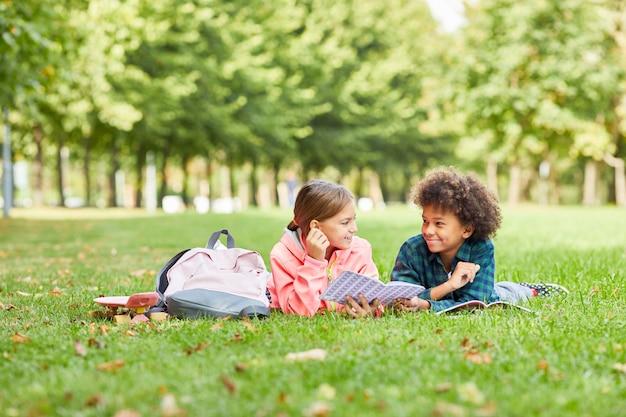 Kinderen liggen op het gras