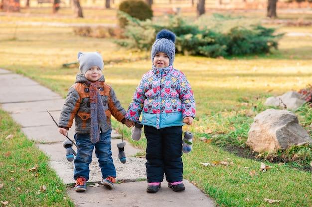 Kinderen lopen door het park