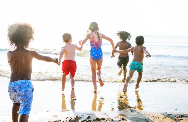 Kinderen lopen op het strand