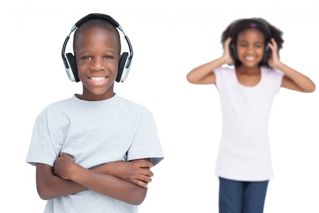 Kinderen luisteren naar muziek met een koptelefoon