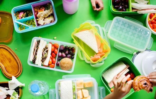 Kinderen lunchen op de basisschool