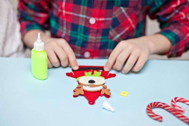 Kinderen maken decor voor kerstboom of cadeaus.