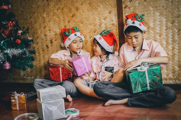 Kinderen maken geschenkdoos voor kerstfeest.