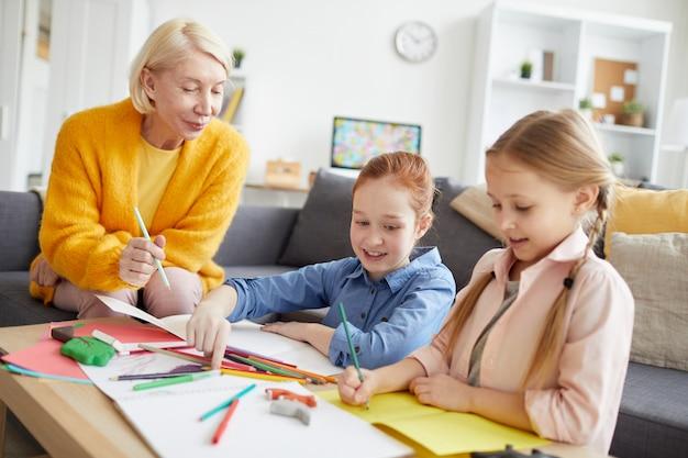 Kinderen maken handgemaakte wenskaarten