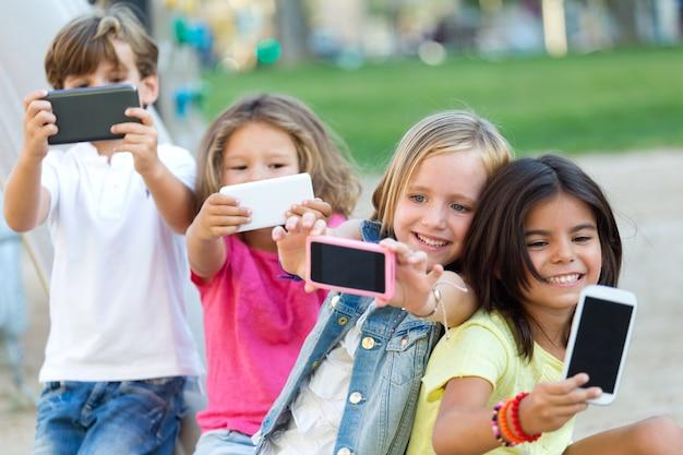 Kinderen maken selfy schoten op telefoons