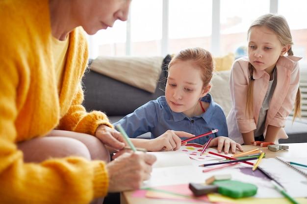 Kinderen maken van handgemaakte kaarten