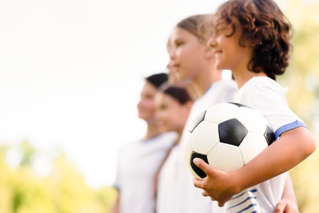 Kinderen maken zich klaar voor een voetbalwedstrijd met kopie ruimte