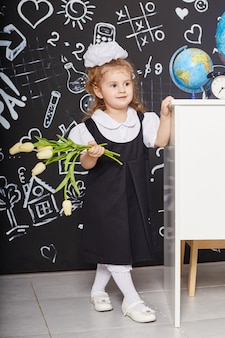 Kinderen meisje student studeren op school 1 september, laatste dag van de studie, wisselen tussen lessen.