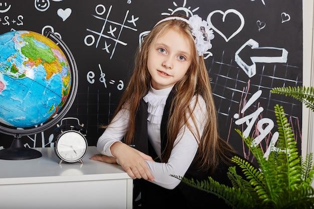 Kinderen meisje student studeren op school eerste september, laatste dag van studie, wisselen tussen lessen. kinderen van de basisschool rusten. studenten zitten in de klas. rusland, sverdlovsk, 1 september 2018