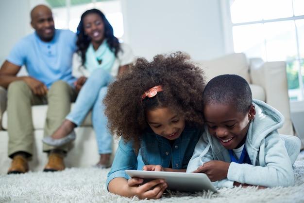 Kinderen met behulp van digitale tablet