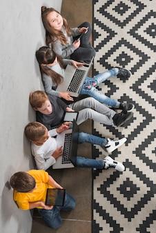 Kinderen met behulp van laptops