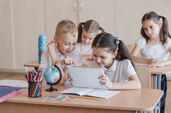 Kinderen met behulp van tablet tijdens de les