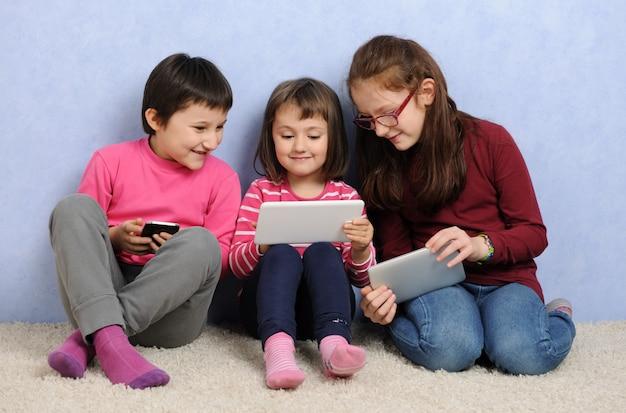 Kinderen met digitale apparaten