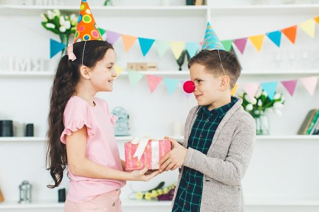 Kinderen met een cadeau op een verjaardag