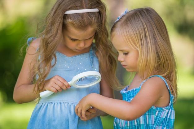 Kinderen met een vergrootglas
