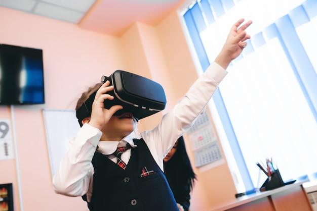 Kinderen met een virtual reality-bril zitten op het schoolkantoor