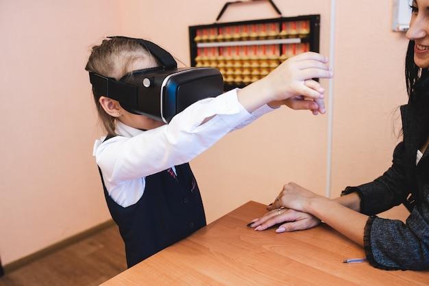 Kinderen met een virtual reality-bril zitten op school. moderne lesmethoden