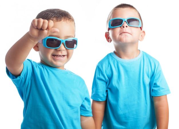 Kinderen met een zonnebril voor kinderen