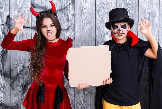 Kinderen met geschilderde gezichten klaar voor halloween