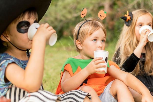 Kinderen met halloween-kostuum