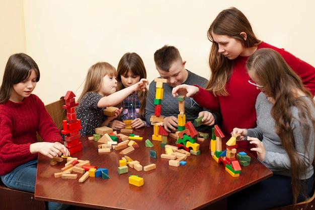 Kinderen met het syndroom van down spelen met speelgoed