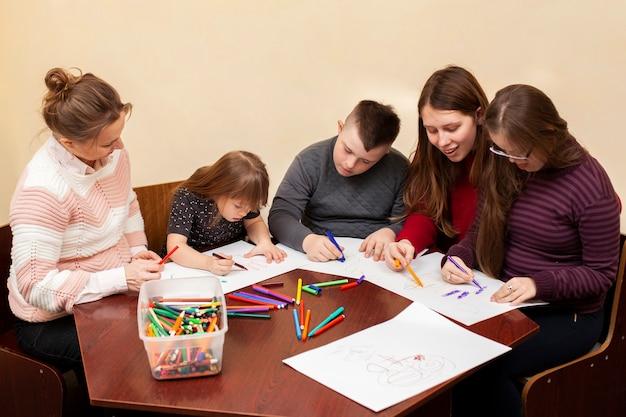 Kinderen met het syndroom van down tekenen samen