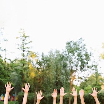 Kinderen met hun handen omhoog met kopie ruimte