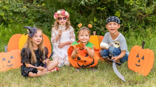 Kinderen met kostuums voor halloween
