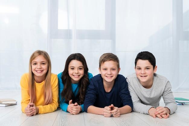 Kinderen met lage hoek smiley