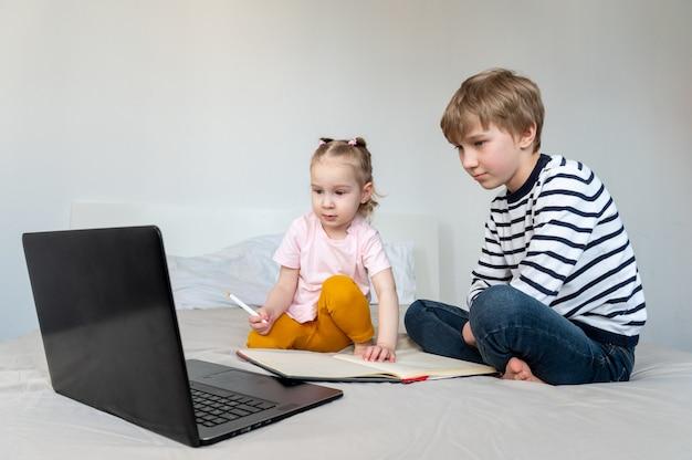 Kinderen met laptop en koptelefoon tijdens het studeren