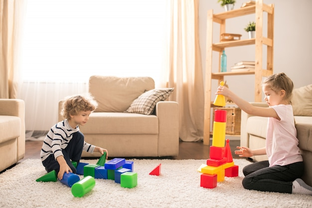 Kinderen met speelgoed