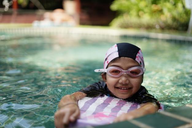 Kinderen oefenen zwemmen in het zwembad.